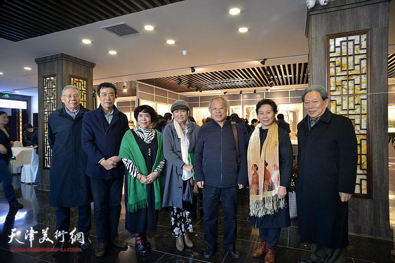 左起:赵玉森、姜维群、史玉、孟昭丽、王金厚、崔燕萍、霍然在画展现场。