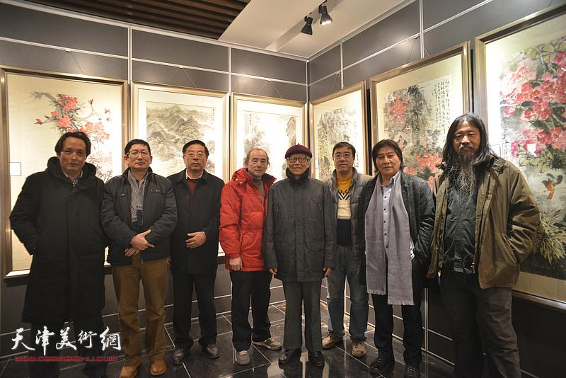 左起:杨永茂、邵鸿萍、赵俊山、陈世建、刘荫祥、刘绍斌、高学年、梁旭华在画展现场。