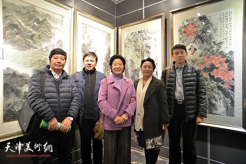 左起:三实学堂王惠民、李根友、曹秀荣、赵宏伟、彭英科在画展现场。