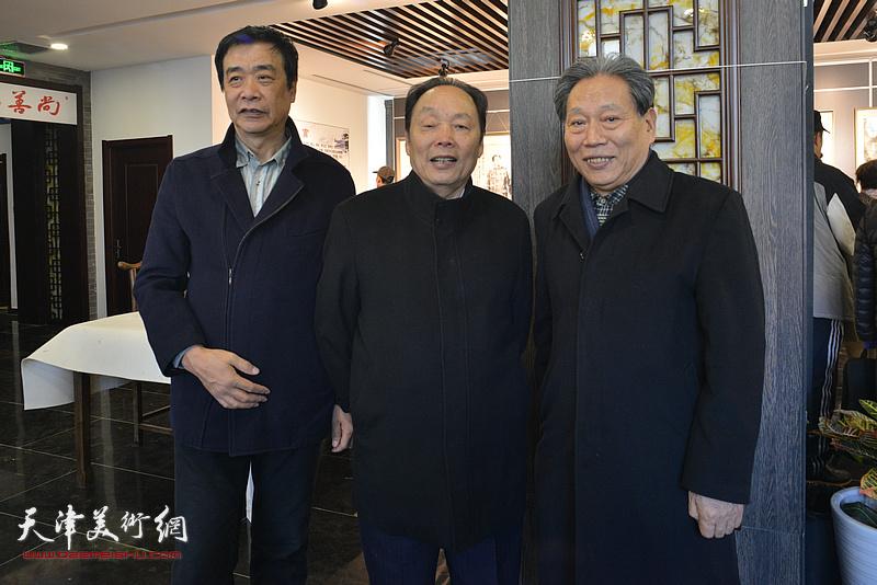 左起:姜维群、向中林、霍然在画展现场。