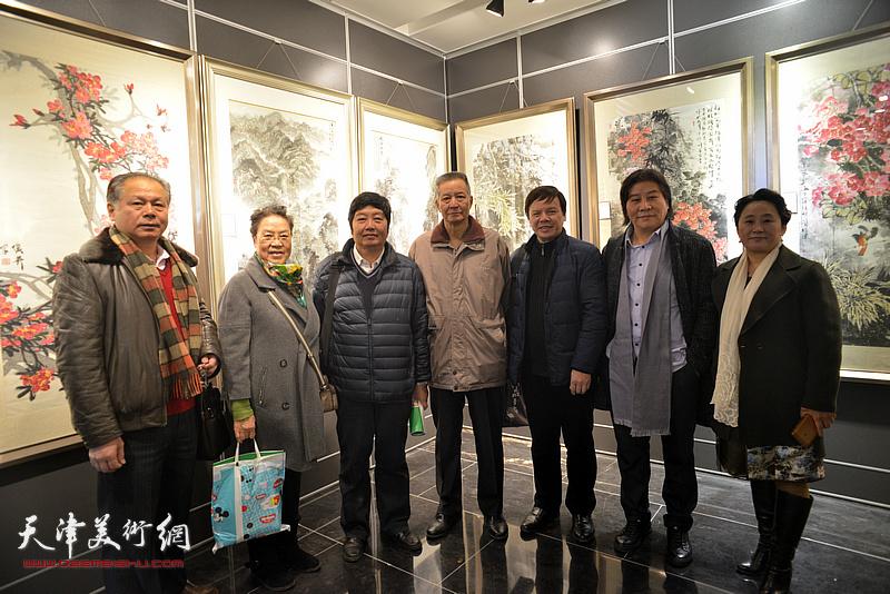 左起:刘士忠、杜莉芳、王惠民、李萼群、李根友、高学年、赵宏伟在画展现场。