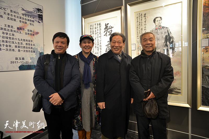 左起:李根友、武颖萍、霍然、王大奇在画展现场。