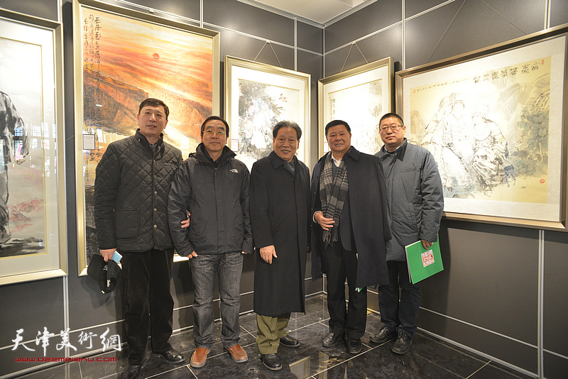 霍然、王勇与嘉宾在画展现场。