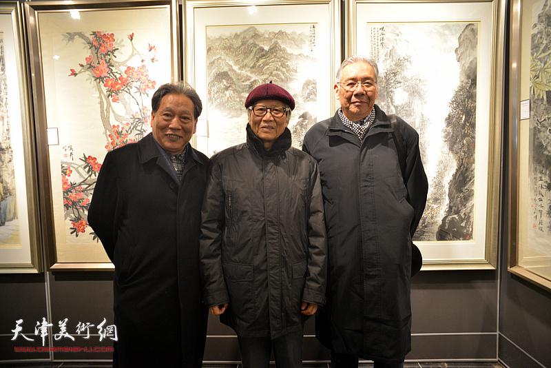 左起:霍然、刘荫祥、赵玉森在画展现场。