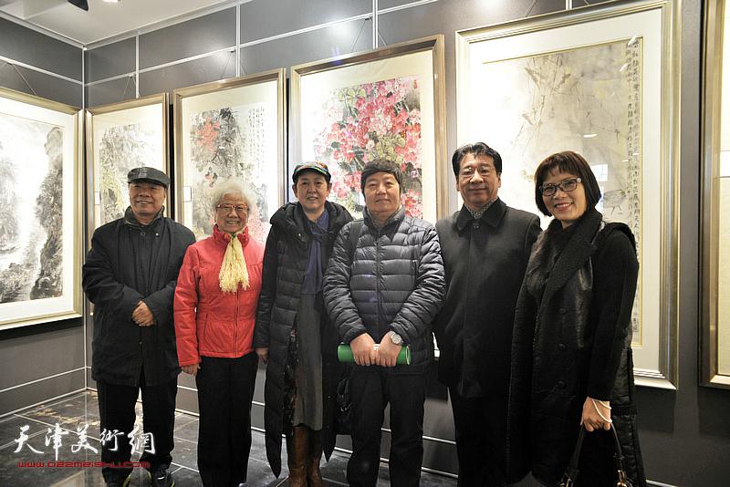左起:王大奇、董云华、武颖萍、张文圣、许丽在画展现场。