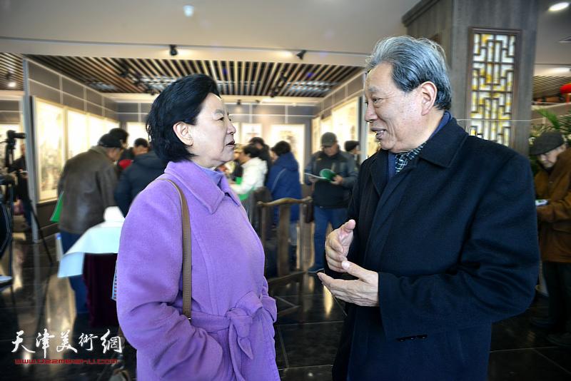 曹秀荣、霍然在画展现场交谈。