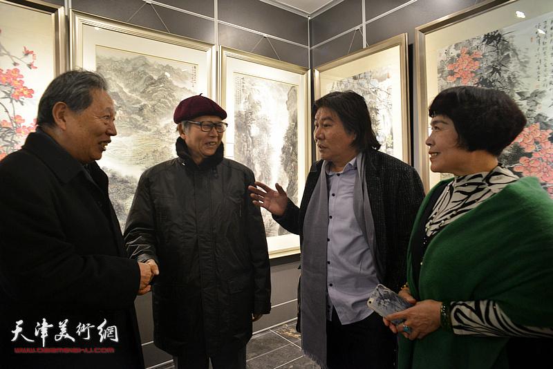 刘荫祥、霍然、史玉、高学年在画展现场交谈。