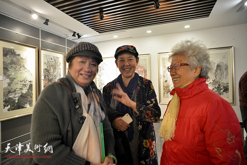 孟昭丽、董云华、武颖萍在画展现场交谈。