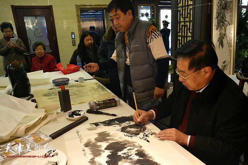 赵俊山、刘绍斌在画展现场挥毫创作。
