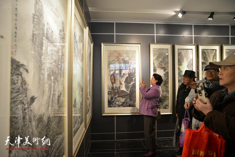"""""""那山那水那记忆-天津画家贵州写生采风创作展""""现场。"""