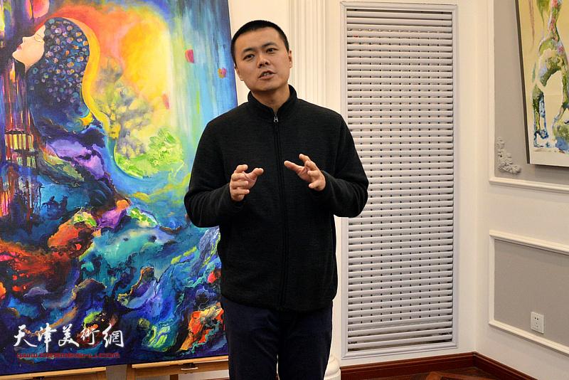 天津师范大学新闻传播学院教师梁舒涵从学术角度谈那文丽的绘画艺术。