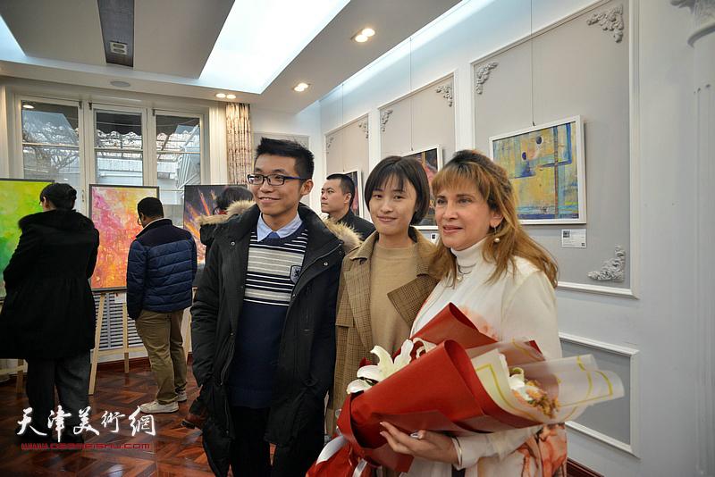 那文丽女士与来宾在画展现场。