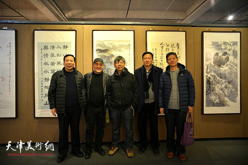 左起:杨利民、刘忠荣、张礼军、王连宏、李向群在画展现场。