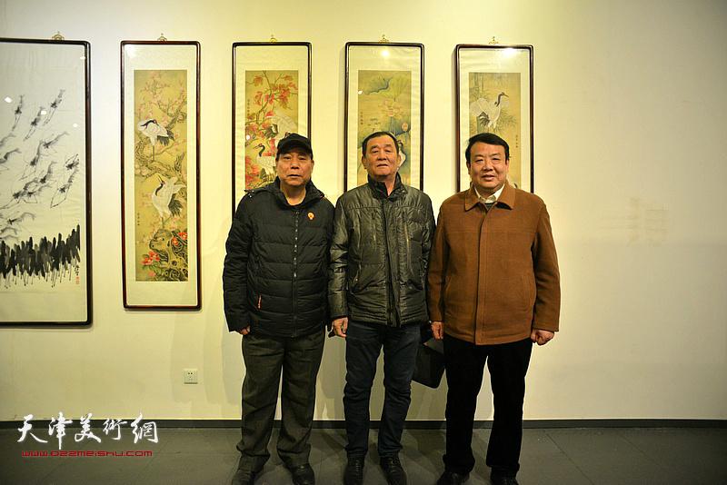 左起:郭凤祥、张永生、王卫平在画展现场。