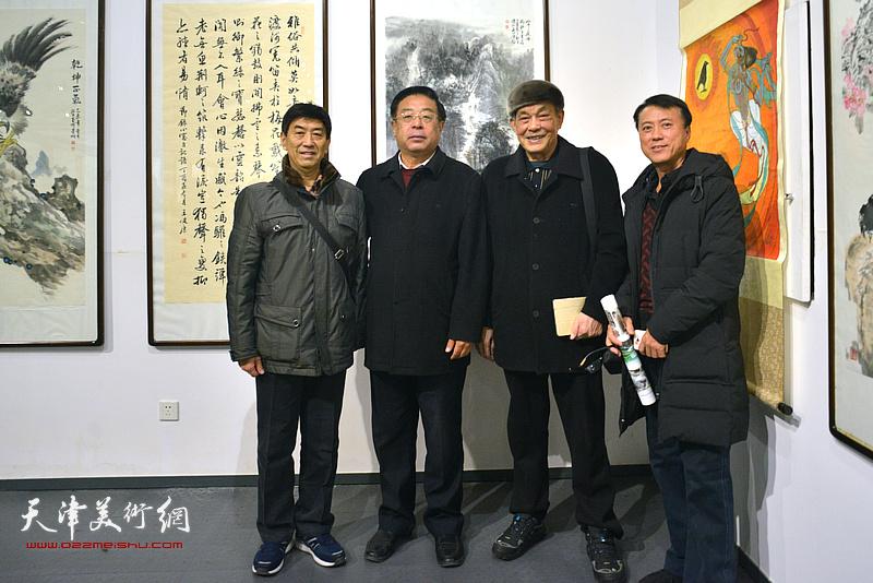 左起:孙安琪、赵俊山、顾富林、庞博在画展现场。