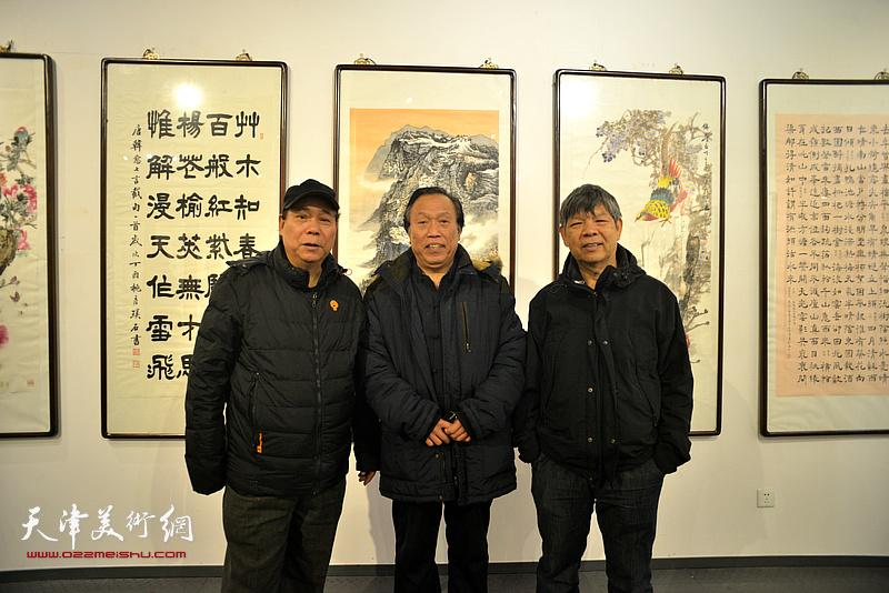 左起:郭凤祥、任庆明、张礼军在画展现场。