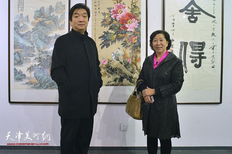 翟洪涛、冯字锦在画展现场。