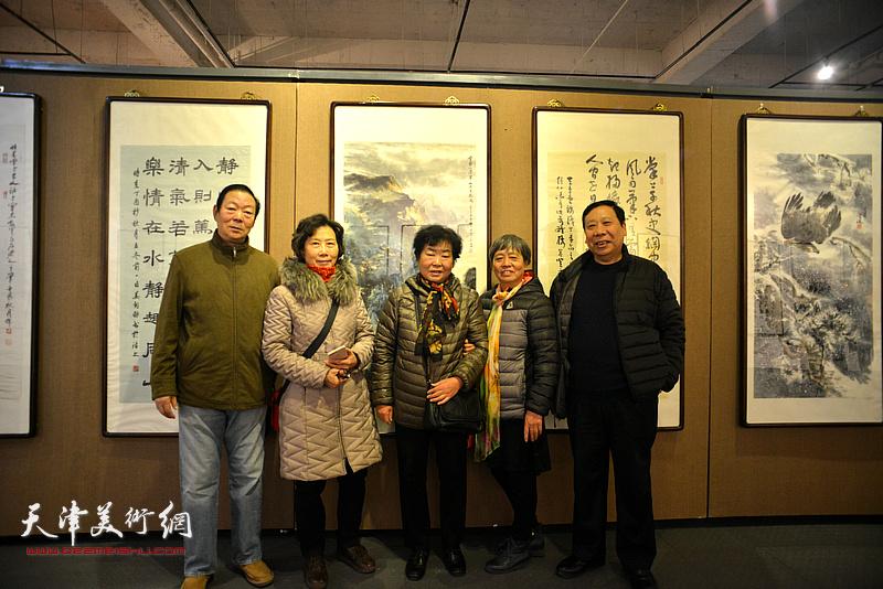 杨利民与热爱书画的观众在画展现场。
