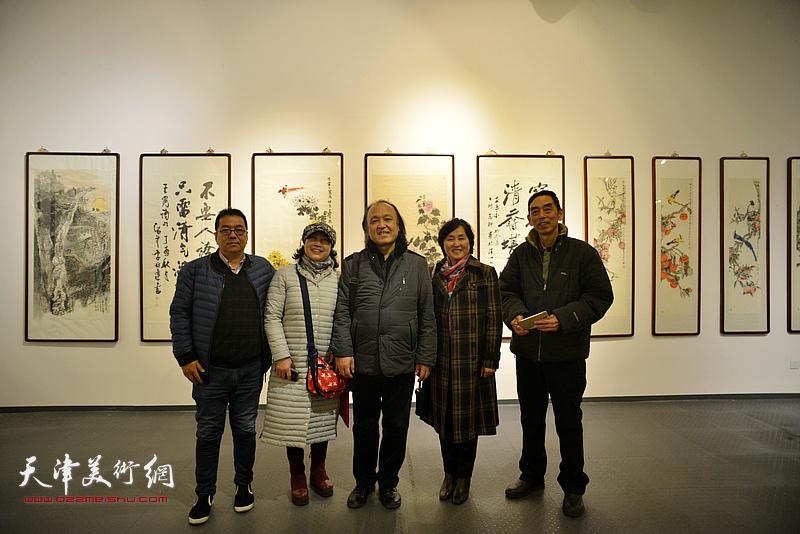 丛合兹与热爱书画的观众在画展现场。