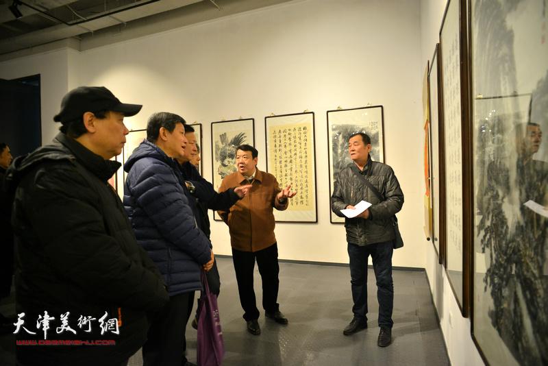 张永生与参展画家在现场。