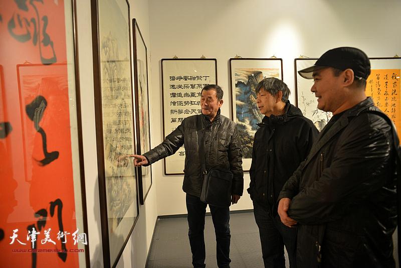 张永生、刘忠荣、任庆明在画展现场。