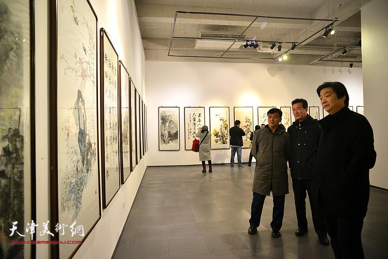 王群英、陈之海、翟洪涛在画展现场。