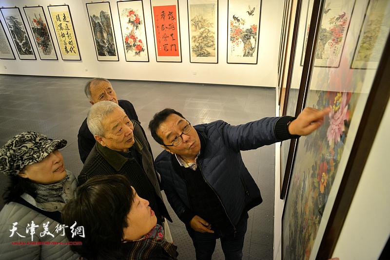 天津知名书画家优秀作品展现场。
