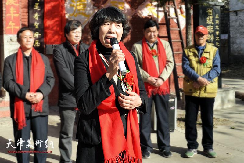 茹芦文化传播有限公司董事长吕爱茹在基地揭牌仪式上深情发言。