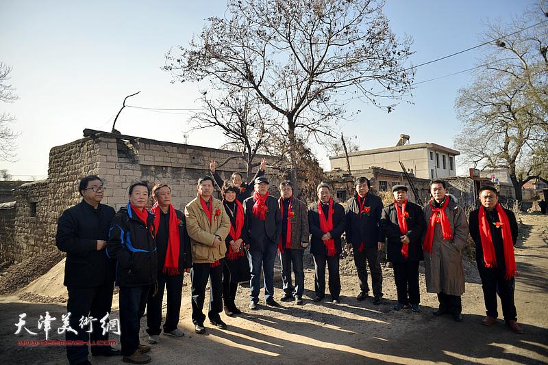 天津文化代表团一行怀着崇敬的心情,赴我国当代杰出的花鸟画家萧朗先生在长岗村的诞生地凭吊,以缅怀先师,追思其艺。