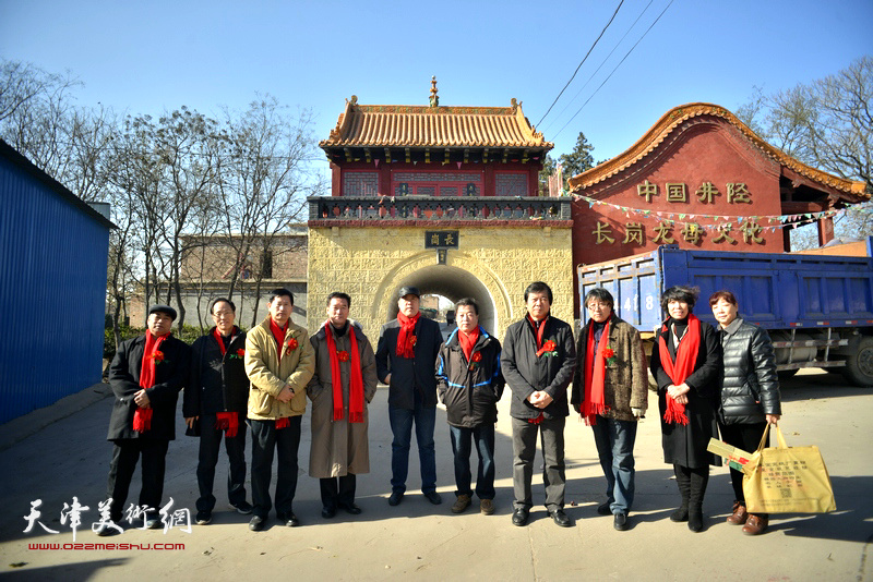 天津文化代表团一行在长岗村。