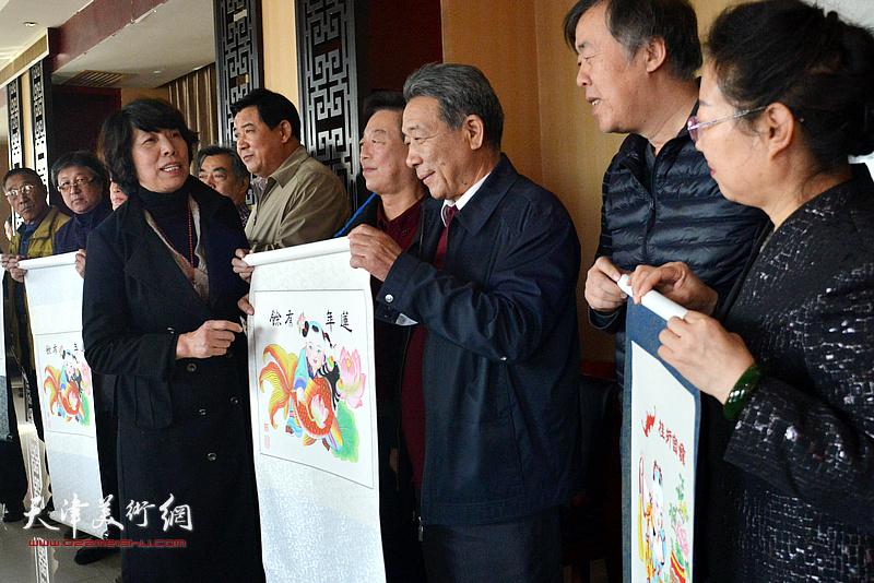 天津茹芦文化传播有限公司向井陉县、长岗村赠送了杨柳青年画。
