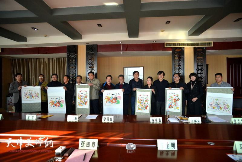 天津茹芦文化传播有限公司向井陉县、长岗村赠送杨柳青年画。