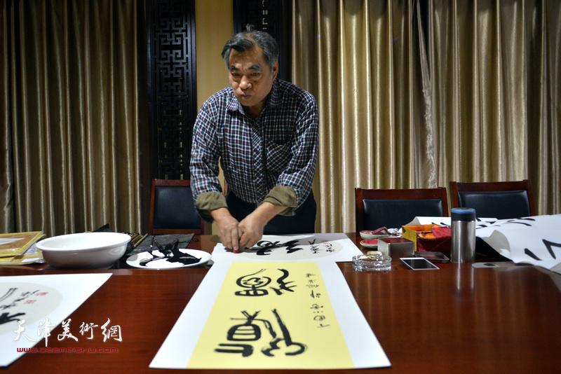 天津书画家谢天强为茹芦文化井陉长岗基地创作书画作品。