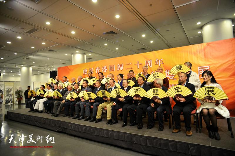别开生面的打开扇子,画展启幕方式,拉开第二届香港国际书画艺术双年展序幕。