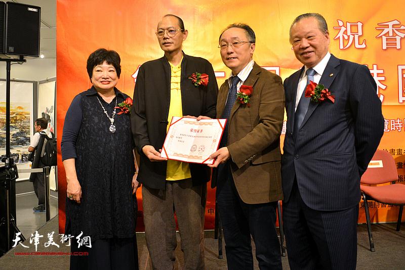 何东、蔡百泰、陈筱容为董希源颁发弘扬中华民族传统书画艺术特别贡献奖。
