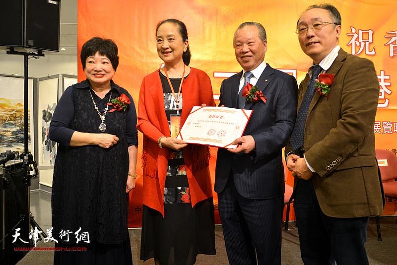 何东、蔡百泰、陈筱容为张金玲颁发弘扬中华民族传统书画艺术特别贡献奖。