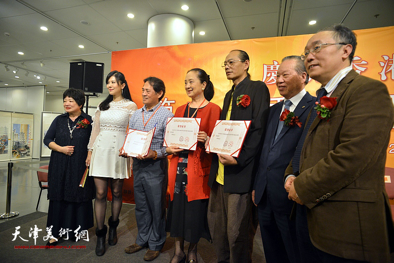 何东、蔡百泰、陈筱容、陈洁仪与获奖者董希源、张金玲等。