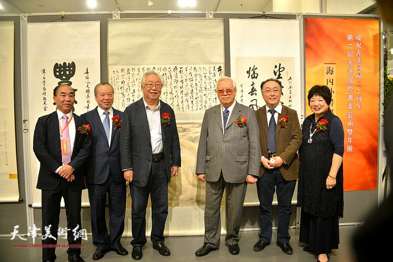 孙克、何东与欧豪年、蔡百泰、陈筱容在画展现场。