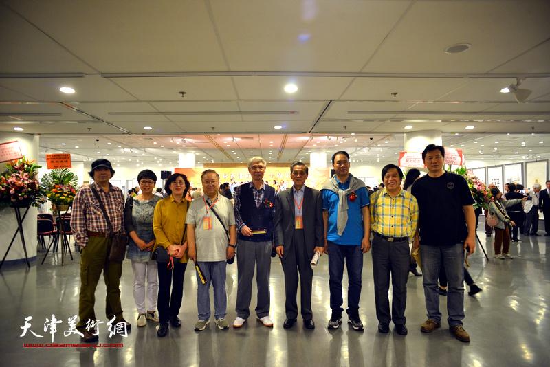 左起:张耀来、车凤云、王美芳、赵国经、杨德树、曹德兆、马寒松、李耀春、张福有、赵俊山在画展现场。