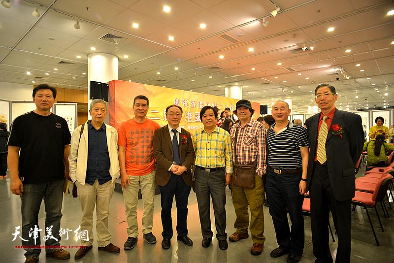 左起:张福有、徐传鑫、朱立鸿、何东、李耀春、张耀来、周秋生、柴寿武在画展现场。