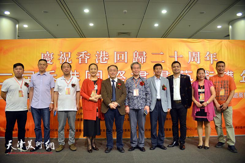何东与张金玲等各国、各地区的书画家在画展现场。