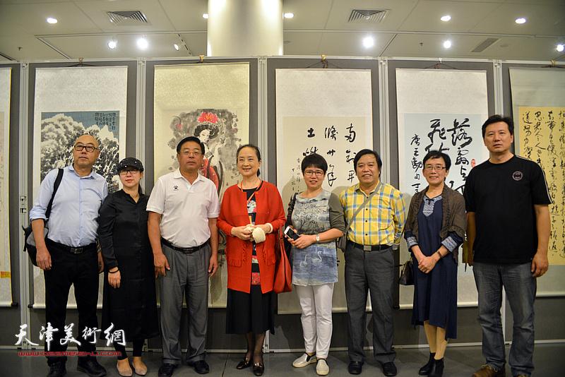 何东与左起:高博、武欣、赵俊山、张金玲、车凤云、李耀春、肖慧珠、张福有在画展现场。