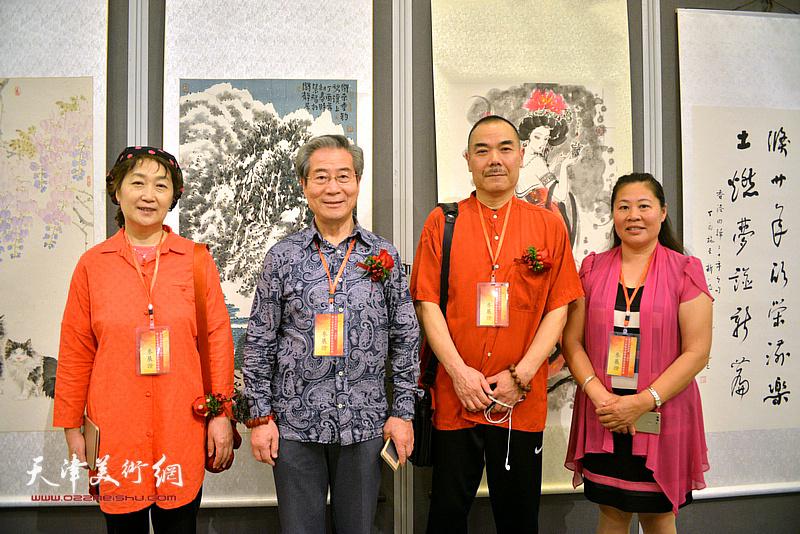 王慧智、苗延荣与李正刚、任政娟在画展现场。