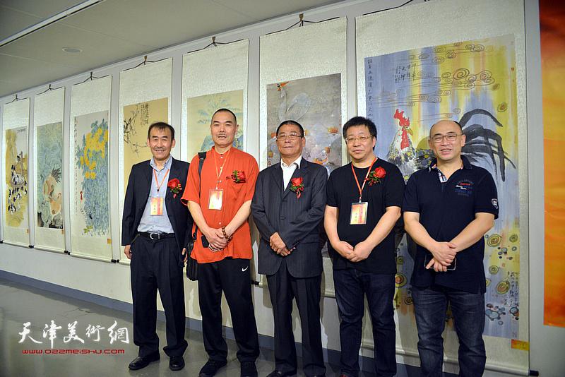 王慧智、秦长江、林俊杰、赵万顺在画展现场。