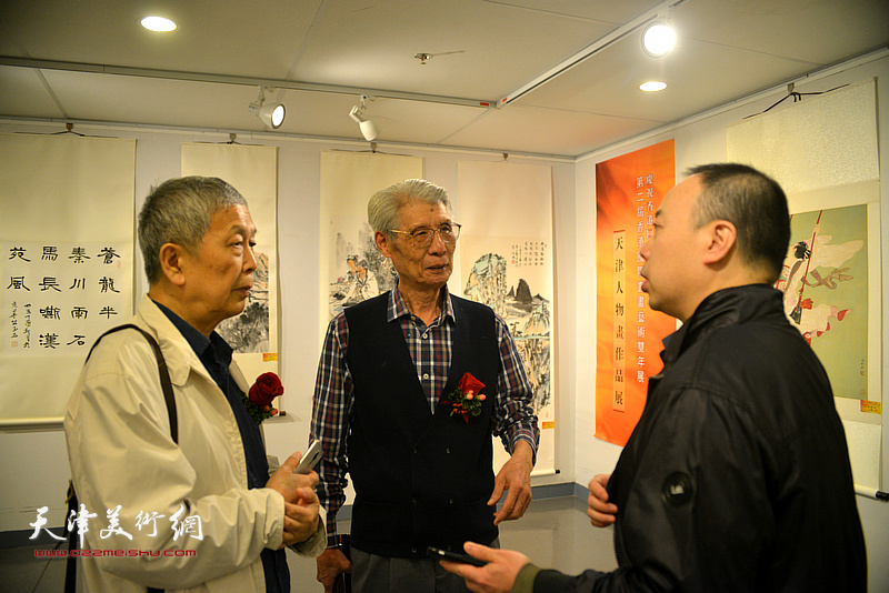 杨德树与徐传鑫等在画展现场交谈。