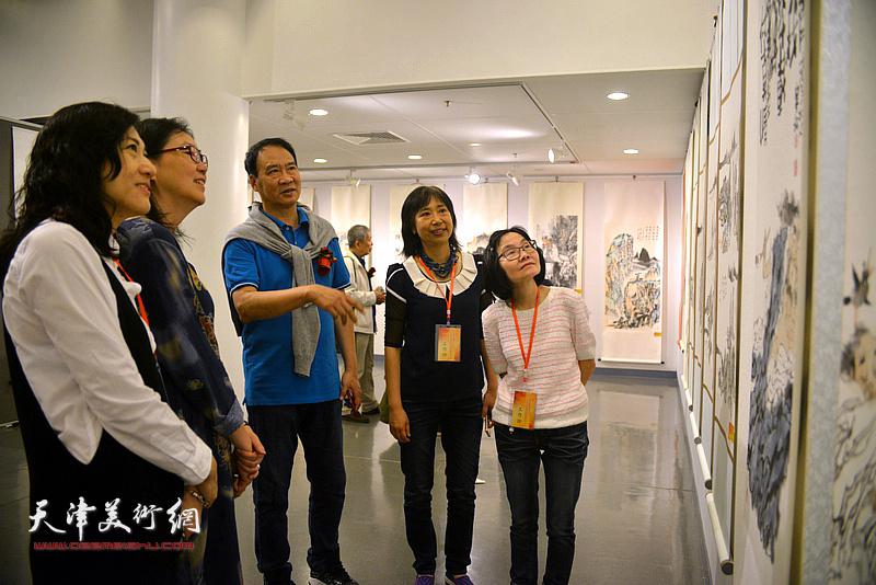 马寒松为香港观众讲解展出的作品。