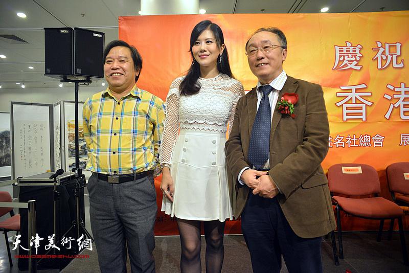 何东、李耀春与朱洁仪在画展现场。