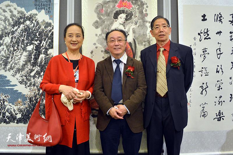 何东、柴寿武与张金玲在画展现场。