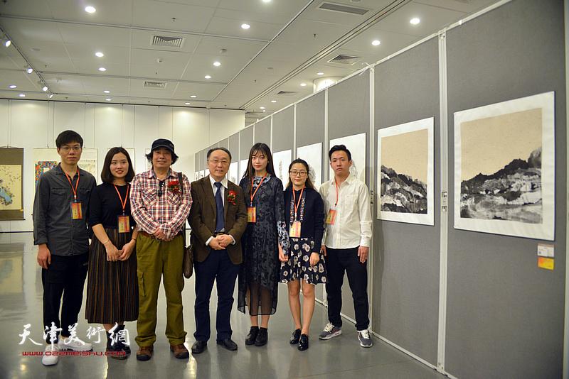 何东、张耀来与车小轩、胡双星、申柳静、郝世娟、刘俊男在画展现场。