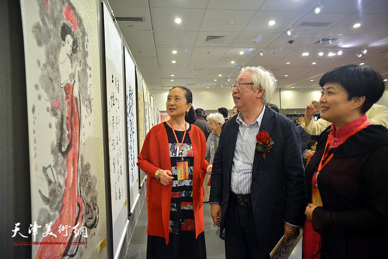 孙克、张金玲、马江红在观赏展出的作品。
